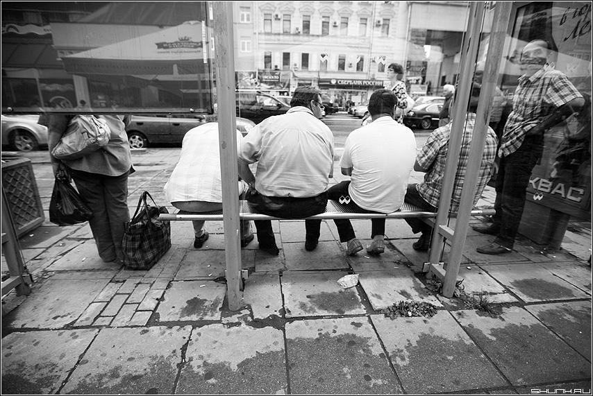 Уступайте место дамам - остановка улица мужики чёрнобелое женщина фото фотосайт