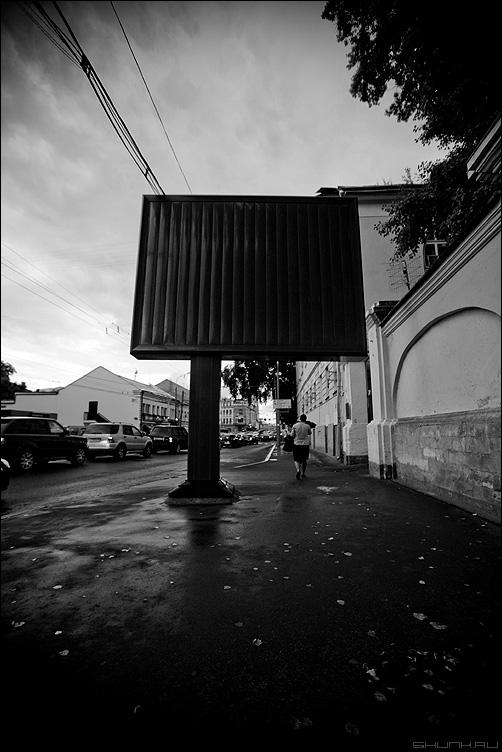ЧКМ - квадрат улица реклама чёрный чёрнобелое фото фотосайт