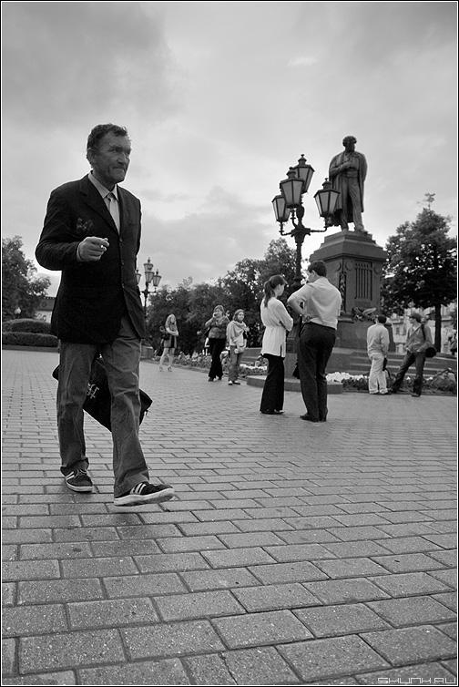 Александр Сергеевич - прохожий мужик личность чёрнобелое площадь пушкин фото фотосайт