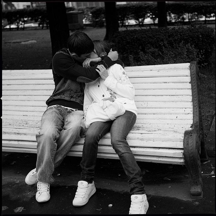 Первый - поцелуй девушка парень онона парк лавочка обнимания среднийформат фото фотосайт