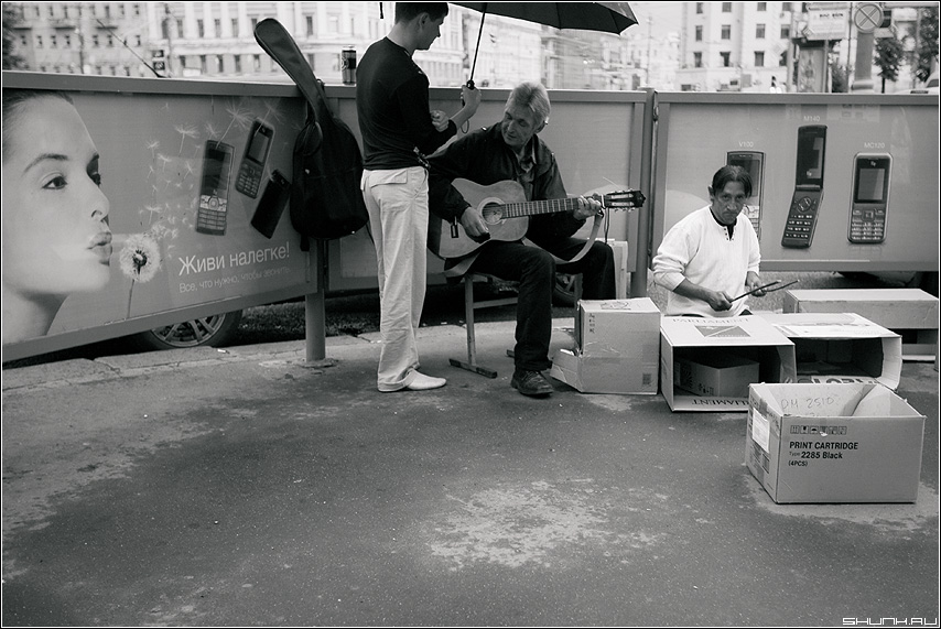 ТРИО - музыка музыканты дождь зонт уличное коробки барабанщик гитара фото фотосайт