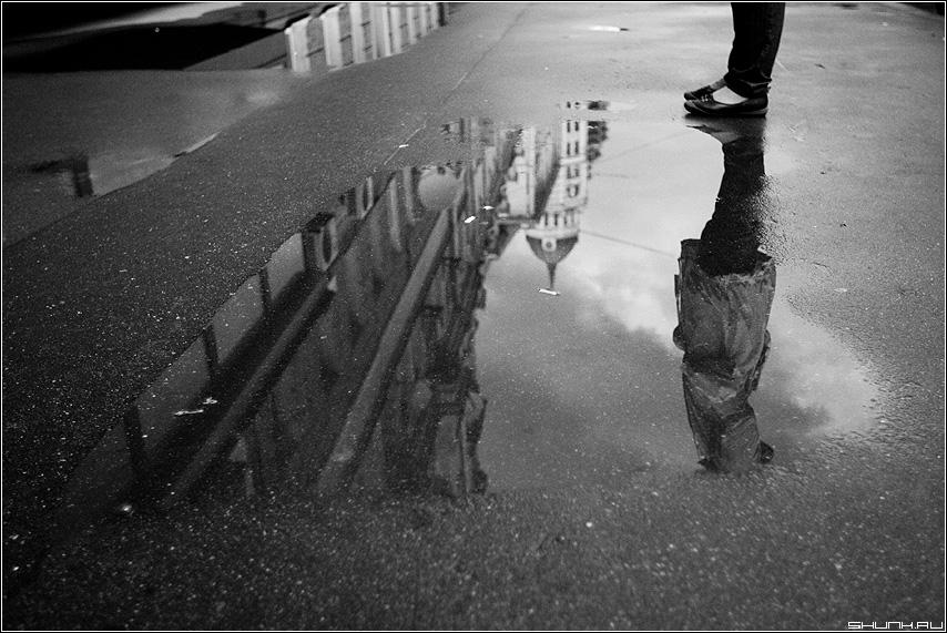Не названная - отражение город ноги чёрнобелое купол фото фотосайт