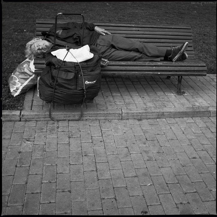 Послеобеденный - сон лавочка среднийформат мужик сумка тележка фото фотосайт