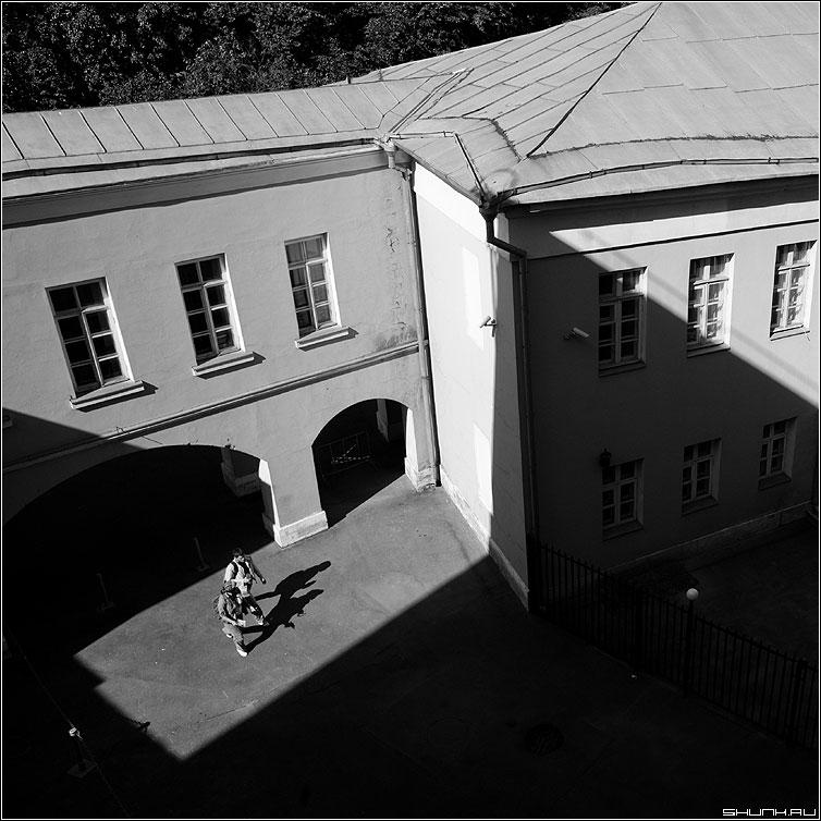 Мир теней - двое тени здание парочка квадратное чёрнобелое фото фотосайт