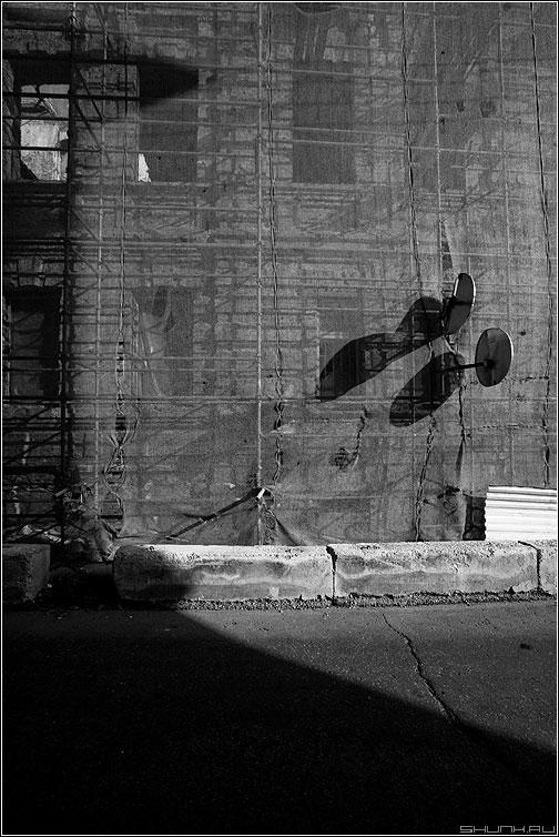 Знаковые тени - тени здание сетка знаки чёрнобелое фото фотосайт