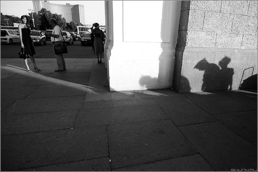 Обратная проекция - люди вднх тени чёрнобелые свет улица цличное теорема фото фотосайт