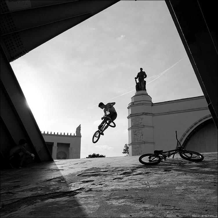 Прыжок - парни велосипеды велосипедисты фото статуя вднх квадратное чёрнобелые фото фотосайт