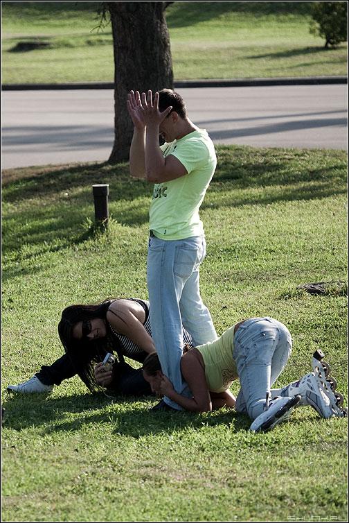 Случай - фотолюди газон ролики парень девушки курьез фото фотосайт