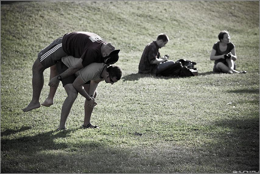 Газонные истории - парочки он она парни мужики физкультура фото фотосайт