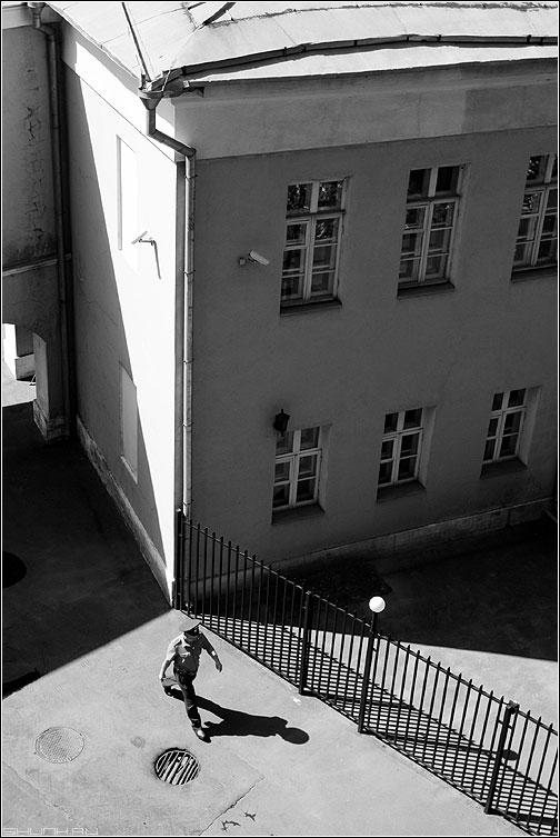 Участковый - чернобелое участковый милиционер здание тени забор шаг фото фотосайт