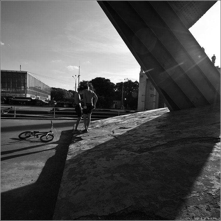 * * * - вднх парни велосипедисты чёрнобелые квадратное фото фотосайт