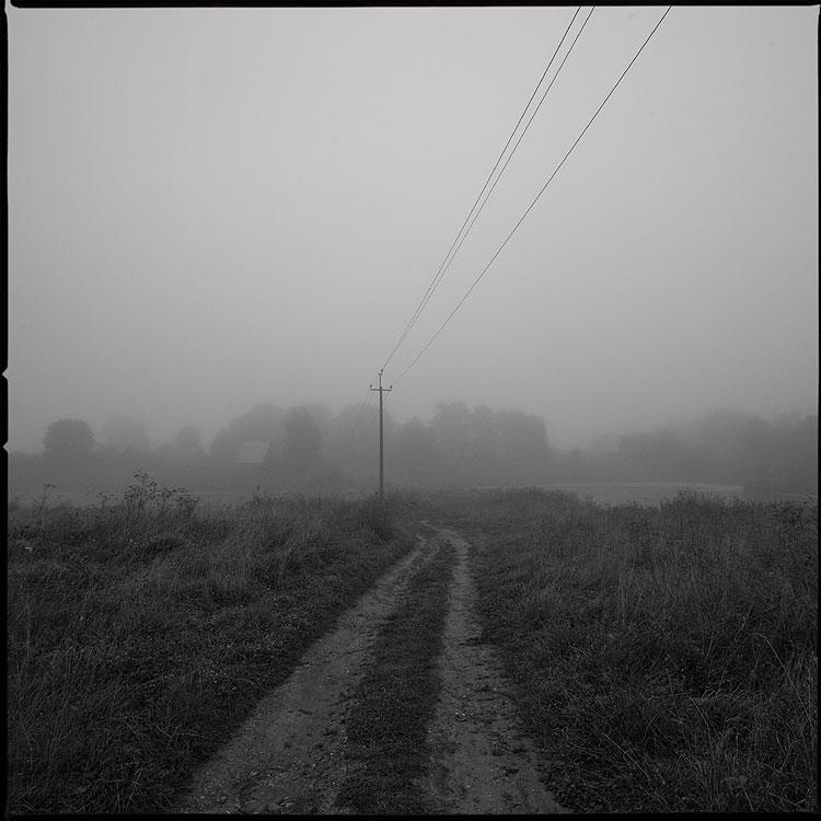 Август. Туман. Утро. - утро туман деревня среднийформат чёрнобелое дорога столб фото фотосайт