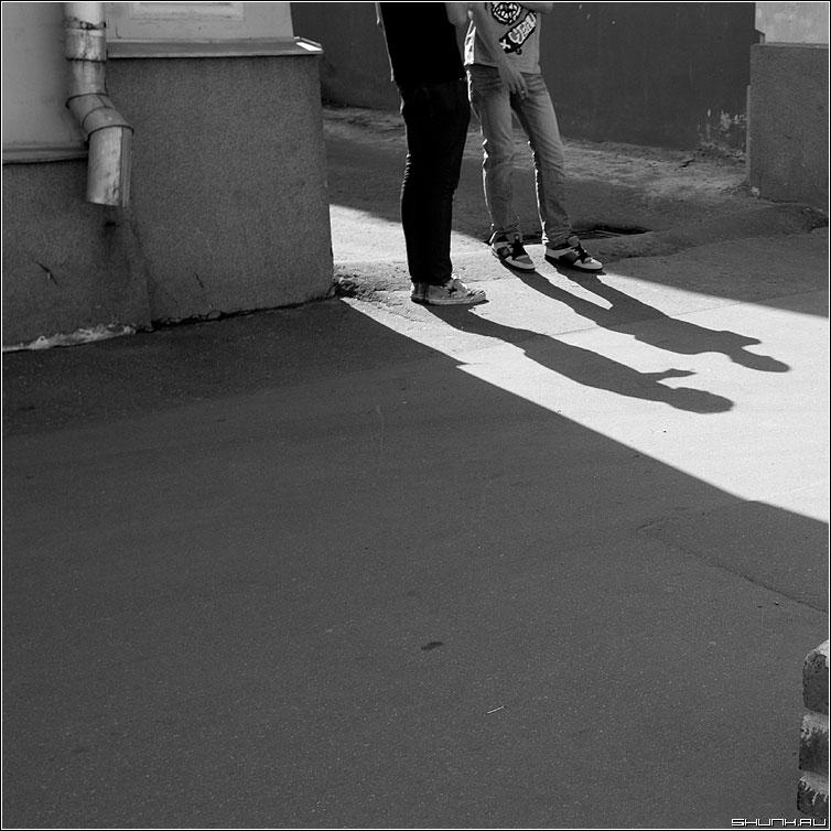 тенькИ - тени ребята квадратное чернобелое улица уличное фото фотосайт
