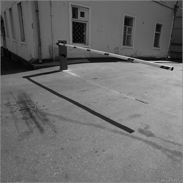 ГЭГ - гэг шлагбаум квадратное чёрнобелое уличное тень теневое фото фотосайт