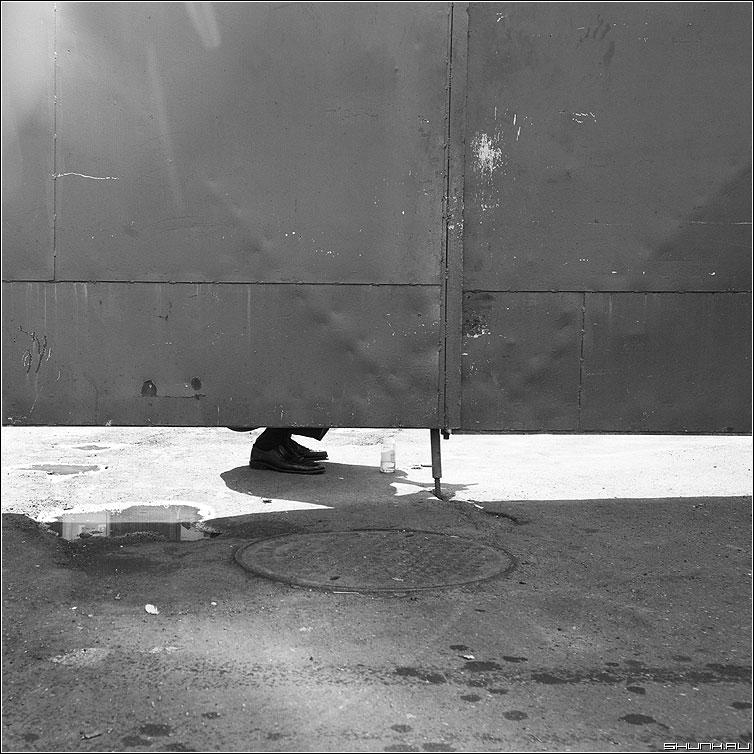 Села, поела, опять пошла... - квадратное чёрнобелое ворота ноги улица фото фотосайт