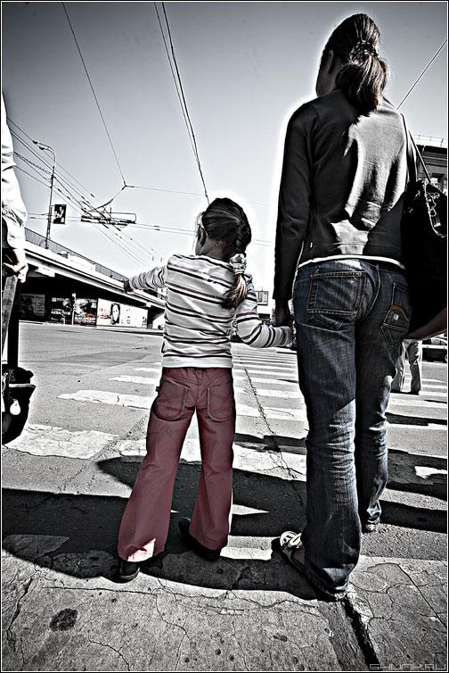 Девочка на улице - девочка мама уличное переход dave обработка фото фотосайт