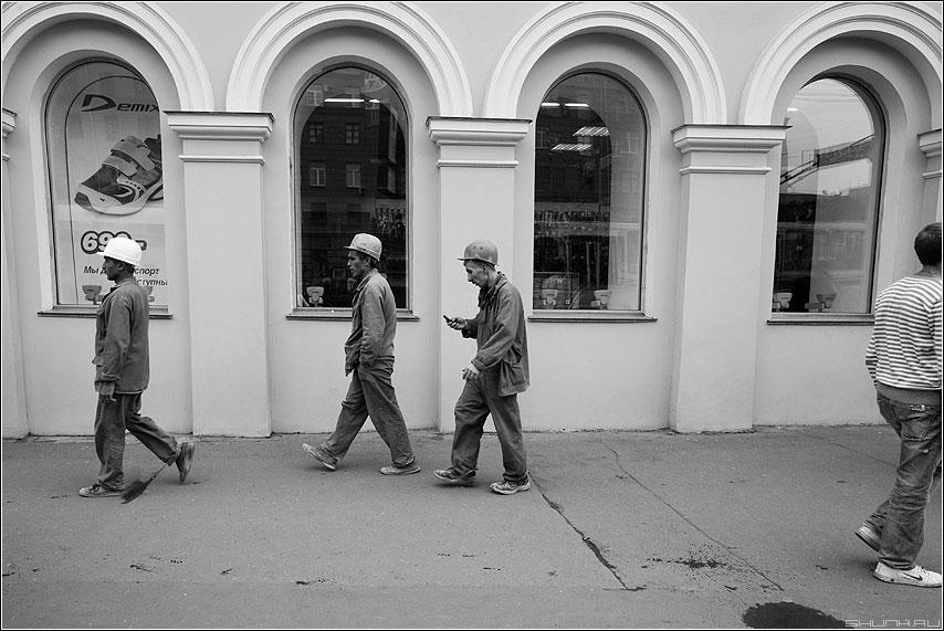 Три товарища - рабочие гастробайтеры чёрнобелые улица телефон садовое окна фото фотосайт