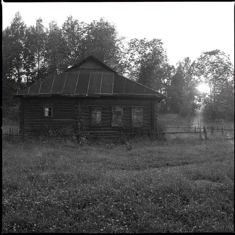 Закатно музейное - деревня дом закат чёрнобелое туман трава лес небо солнце лучи фото фотосайт