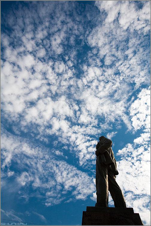 Бог доволен - маяковский памятник небо облачка силует фото фотосайт