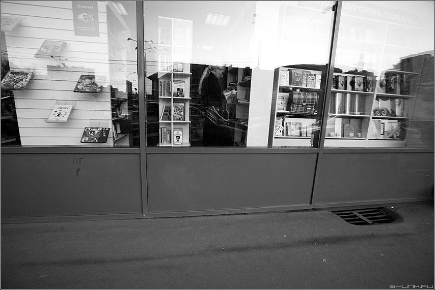 Читать - девушка магазин книги витрина чёрнобелое необычное фото фотосайт