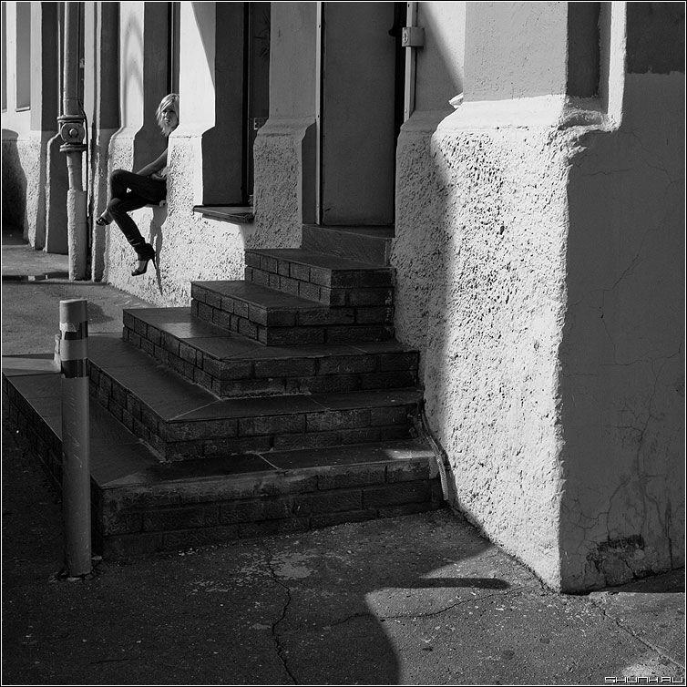 Одна - квадратное девушка одна тени солнечныйдень фото фотосайт