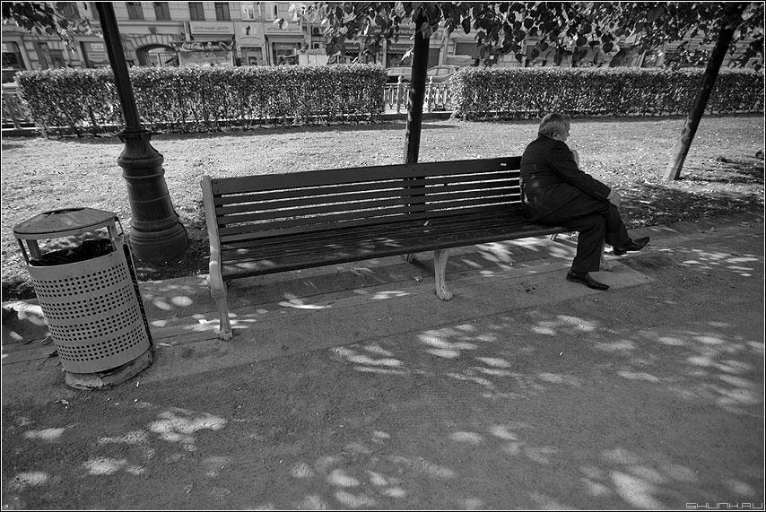 Один - мужик лавочка парк сквер улица чёрнобелое фото фотосайт