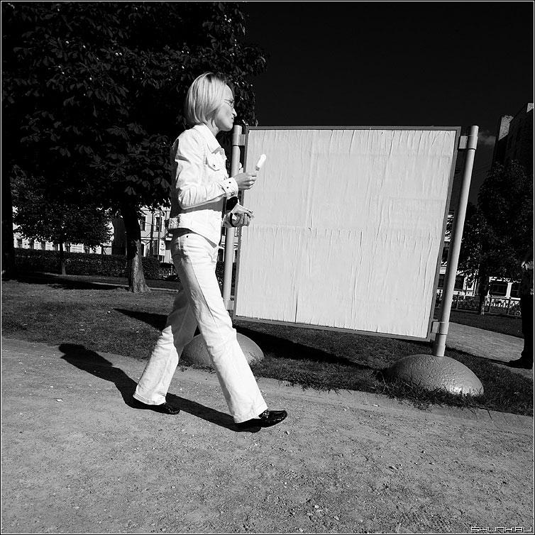 Девушка с мороженным (вариант) - девушка стенд мороженное белое квадратное фото фотосайт
