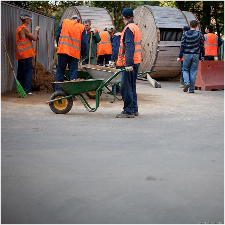 Задумчивость - пауза тачка гостистолицы рабочие землекопы фото фотосайт