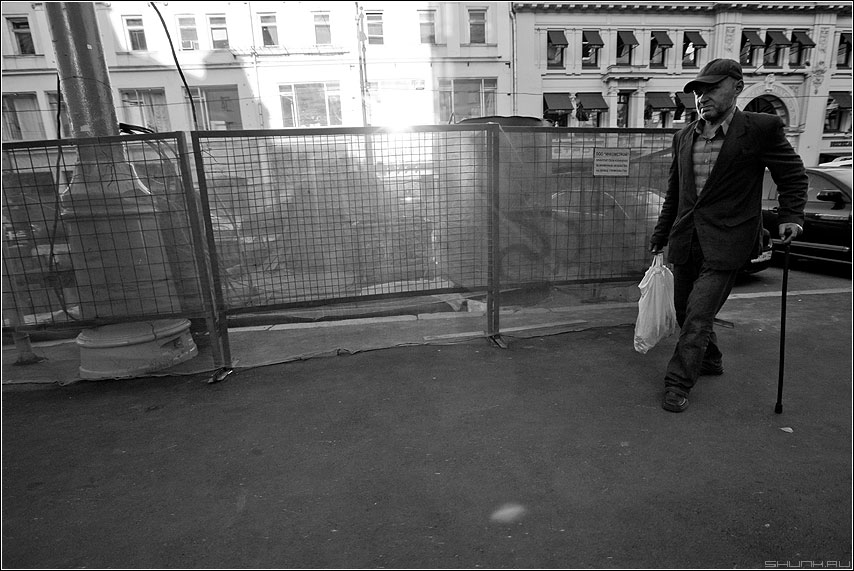 Луч света в темном царстве - мужик улица луч свет яркое темное чёрнобелое фото фотосайт
