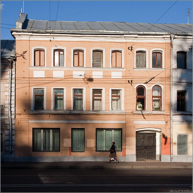 История одного дома - дом квадратное цветное женщина улица петровка фото фотосайт