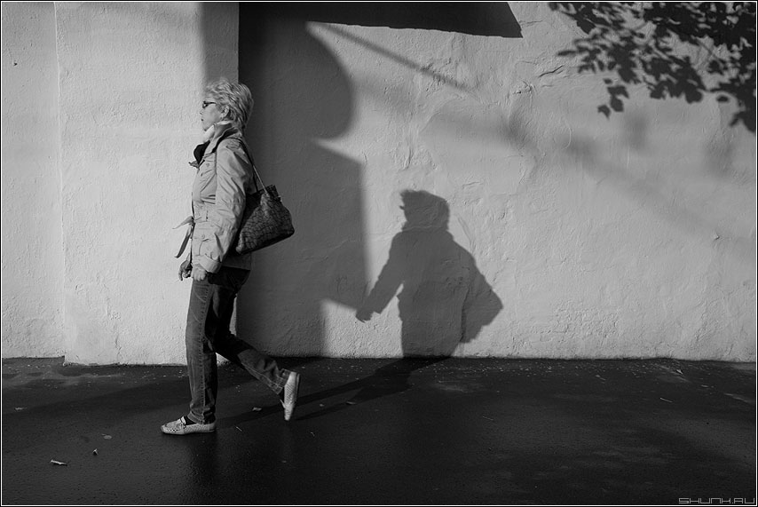 Тень такая - тень уличное улица женщина чёрнобелая фото фотосайт