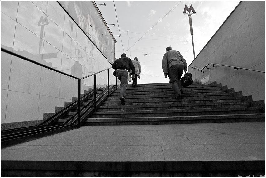 Снизу вверх - чернобелое уличное переход метро люди вверх фото фотосайт