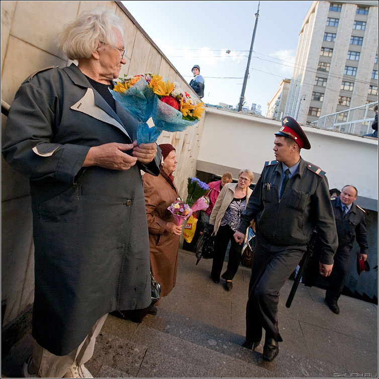 Строгий но справедливый - милиционер переход бабушки квадратное уличное оборотень фото фотосайт
