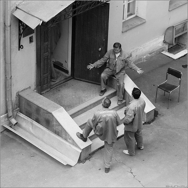 Охотники на привале - инженерныесистемы мужики квадратное люди рабочие подъезд фото фотосайт