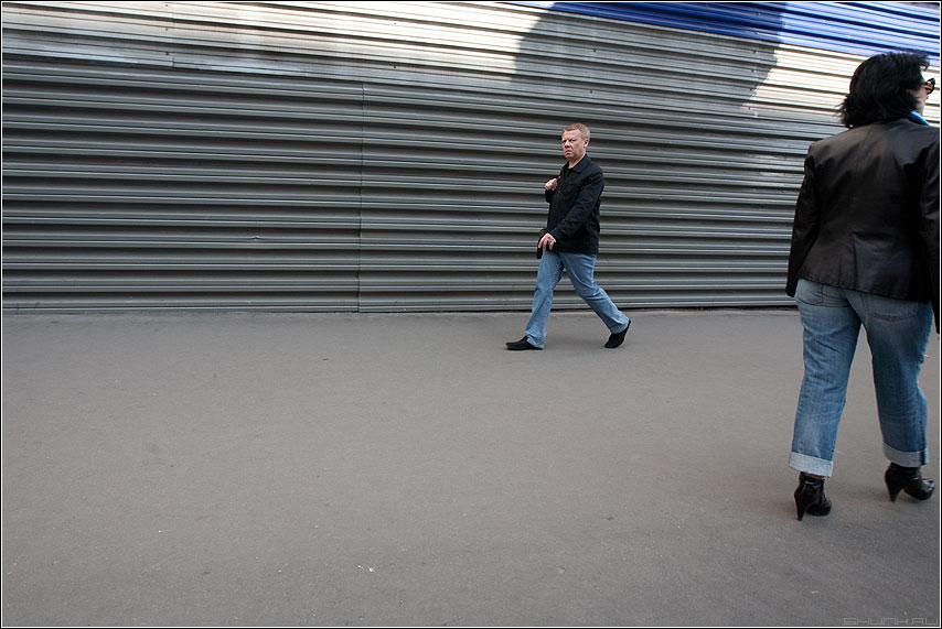 Взглядно противоположное - мужик женщина улица забор профнастил уличное цветное фото фотосайт
