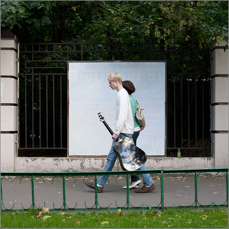 Люди на белом. Музыкальное. - люди человек белое рекламный щит улица уличное квадратное гитара пара фото фотосайт