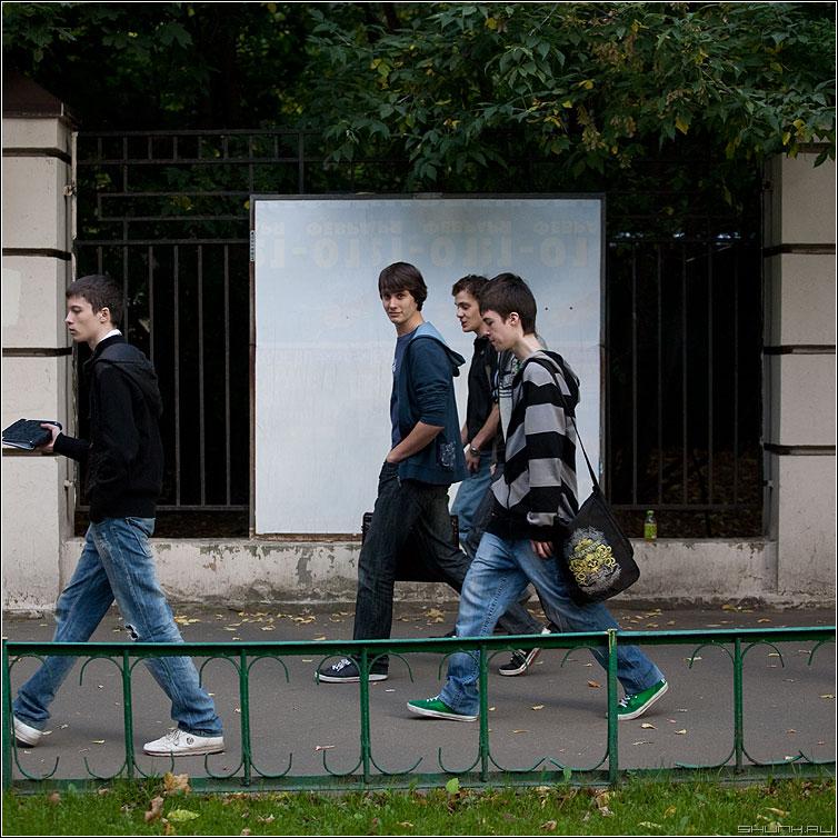 Люди на белом. Студентс. - люди человек белое рекламный щит улица уличное квадратное студенты парни фото фотосайт