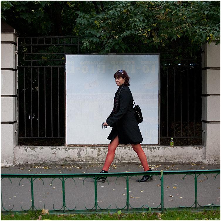 Люди на белом.  Про красные колготки.  - Фото сайт Shunk.ru.