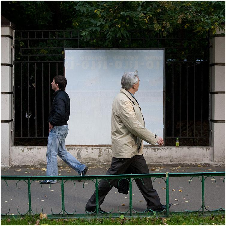 Люди на белом. В разные. - люди человек белое рекламный щит улица уличное квадратное мужчина парень разные фото фотосайт