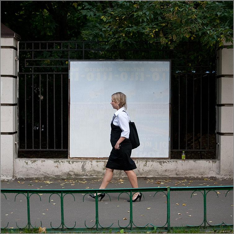 Люди на белом. Офис стайл. - люди человек белое рекламный щит улица уличное квадратное девушка костюм фото фотосайт