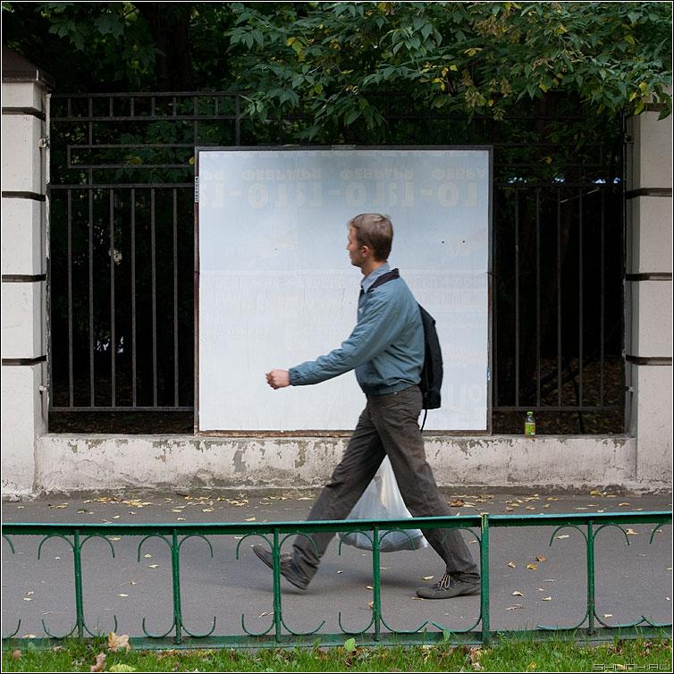 Люди на белом. Пакетоносец. - люди человек белое рекламный щит улица уличное квадратное пакет парень фото фотосайт