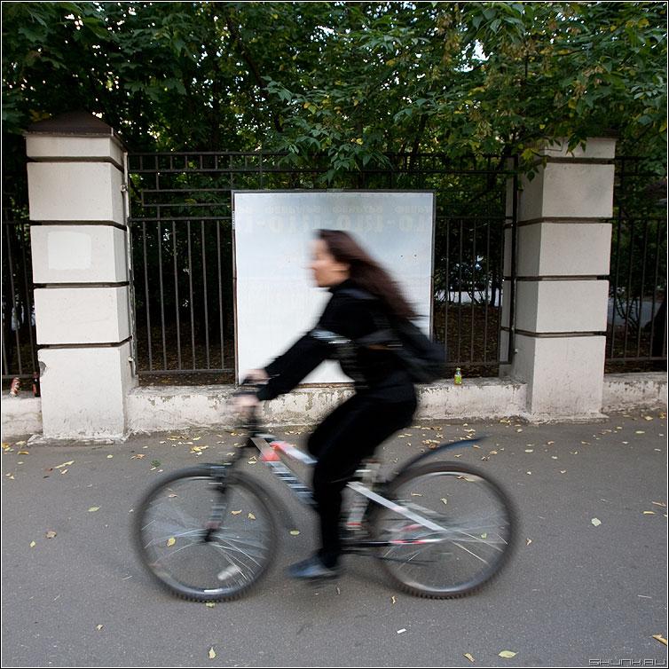 Люди на белом. Велотема. - люди человек белое рекламный щит улица уличное квадратное вело велосипед девушка фото фотосайт