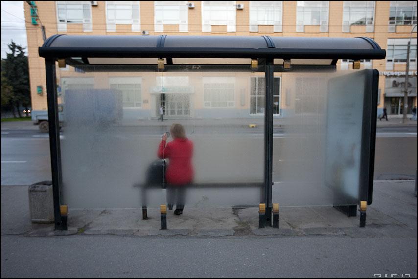 Влажное утро Питера - утро остановка красная женщина санкт-петербург стекло фото фотосайт