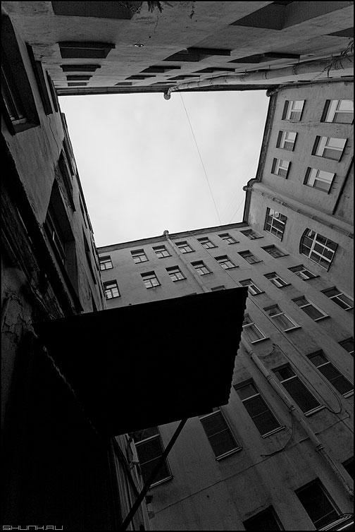 Один из колодцев - питер санкт-петербург дворы небо колодец здание чёрно-белое фото фотосайт