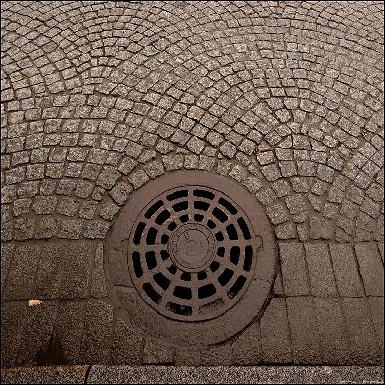 Один из питерских колодцев - питер санкт-петербург колодец брусчатка квадратное элемент фото фотосайт
