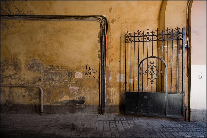 Заглядывая в Питерские дворы - питер санкт-петербург дворы двор решетка ворота провода атмосфера фото фотосайт