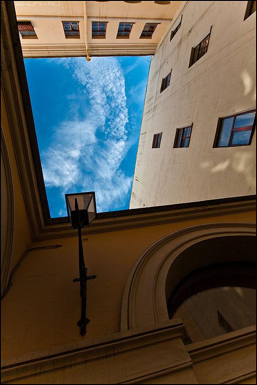Безумие - питер санкт-петербург дворы небо архитектура голубое фонарь фото фотосайт