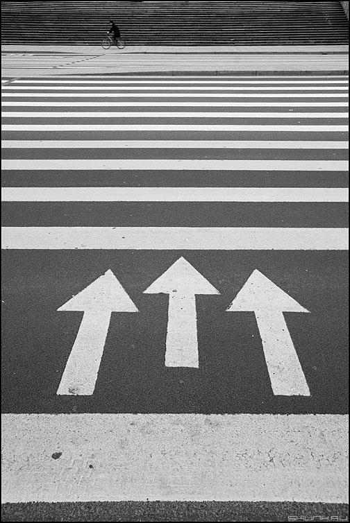Перпендикулярное движение - направление стрелки переход линии полоски питер санкт-петербург фото фотосайт
