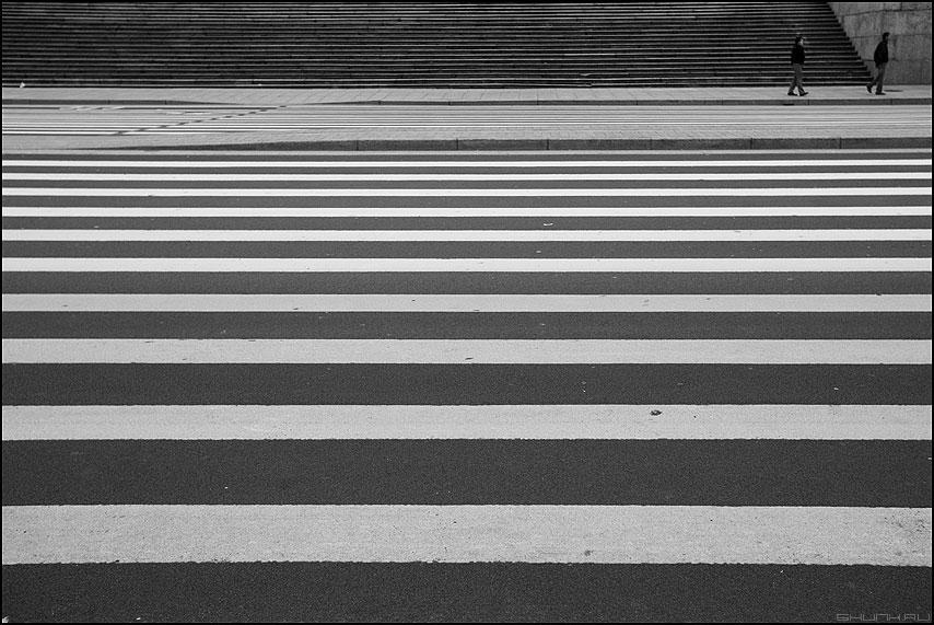 Про жизнь в параллельном мире - полосы линии параллельные люди чёрнобелое питер санкт-петербург фото фотосайт