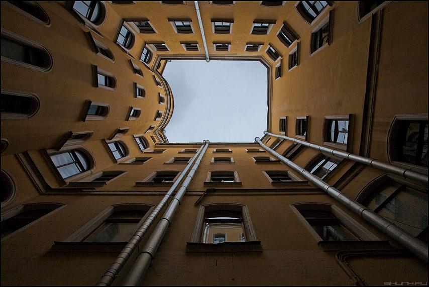 Один из Питерских выходов - питер санкт-петербург дворы небо архитектура голубое трубы окна фото фотосайт